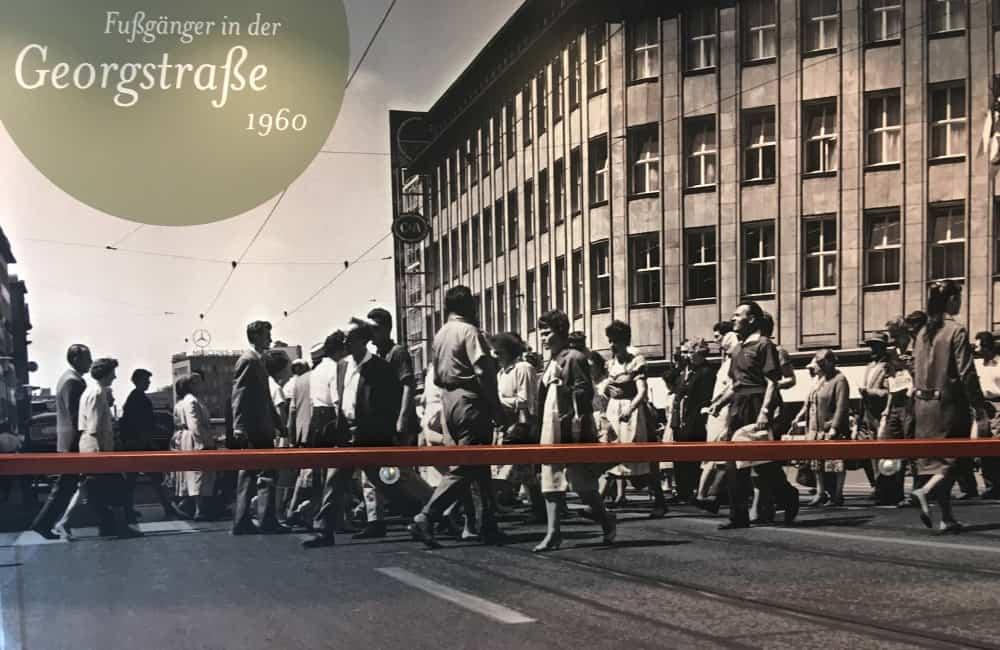 Großformatives Wandfoto aus 1960 von Fußgängern in der Georgstraße.