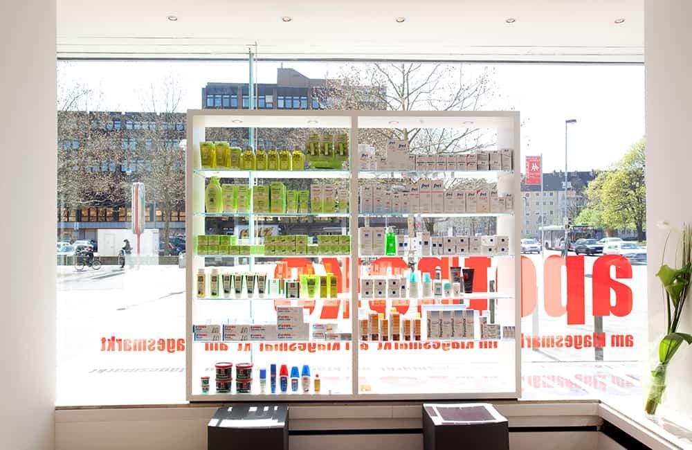 Schaufensterregal mit Produkten und Blick aus dem Schaufenster nach Draußen.