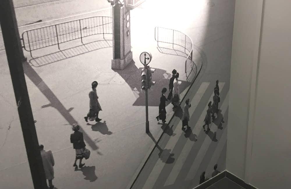 Großformatives Wandfoto aus den Sechzigern von Fußgängern.
